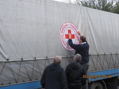 Dán biểu tượng Chữ Thập Đỏ lên lên chiếc xe cứu trợ