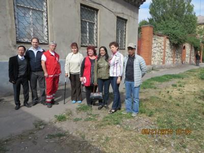 Đoàn cứu trợ. Từ trái sang: Trưởng đoàn, vị bí thư tên Hải (thứ nhất) - bà Alla, dân tỵ nạn (thứ tư) - bà Victoria Evsikova, Chủ tịch Hội Chữ Thập Đỏ Mariupol (thứ năm)