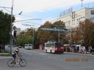 Đường phố Mariupol với lá cờ Ukraine