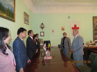 Lễ trao tặng hàng cứu trợ của cộng đồng Việt Nam tại Kiev cho đại diện Hội Chữ Thập Đỏ Ukraine