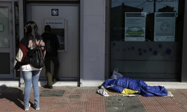 Người vô gia cư ngủ ngay trên đường phố Athens