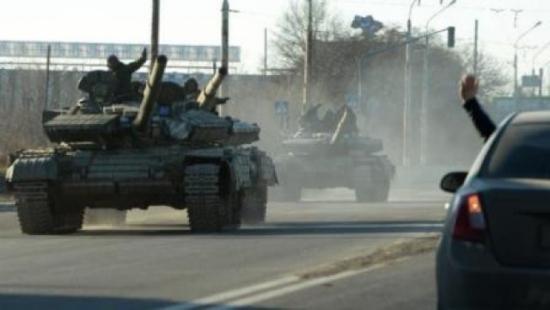 Xe tăng của lực lượng đòi độc lập rút khỏi tiền tuyến. Ảnh: TL
