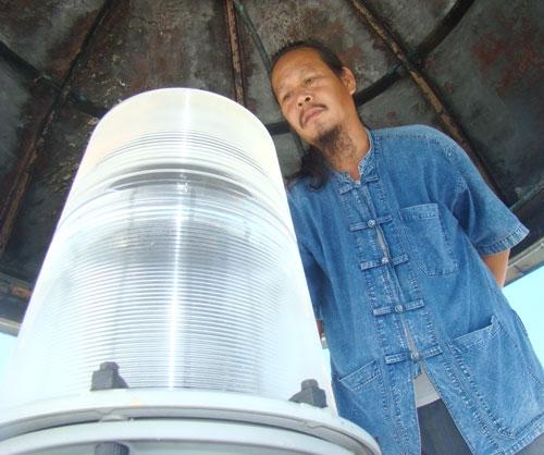 Anh Nguyễn Văn Thu bên đèn biển An Bang