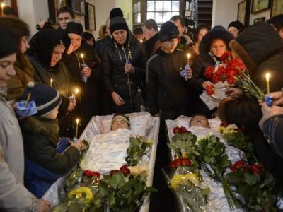 Thảm kịch ở Donetsk trường số 63. Pháo kích đã làm chết 2 em nhỏ - một em lớp 8 và một em tốt nghiệp năm nay, 18 tuổi. Ảnh A. Umanets, Segodnya.
