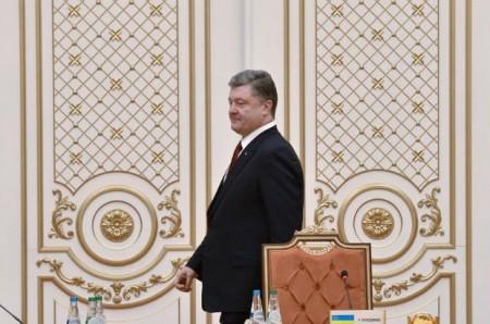 Tổng thống Poroshenko trong phòng họp.