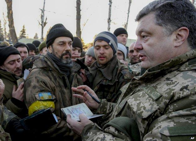 """Sự thất bại tại Debaltseve không phải là một đòn giáng mạnh vào các lãnh đạo chính trị và quân sự của Ukaine mà câu hỏi ở đây là sự ảnh hưởng của nó lớn đến mức nào? Tổng thống Petro Oleksiyovych Poroshenko miêu tả sự rút lui của hàng ngàn quân chính phủ Ukraine là """"trật tự"""" chiến thuật. Tuy nhiên, báo cáo ban đầu cho thấy điều này có thể ngược lại. Họ đã tránh được sự thất bại thê thảm hơn vào một năm trước đó tại Ilovaysk khi đó lực lượng Ukraine bị quân ly khai, cũng có thể quân đội chuyên nghiệp của Nga bao vây chặt và bị phục kích khi họ cố gắng chốn thoát, với số lượng người chết rất lớn.  Phần lớn các hậu quả chính trị sẽ phụ thuộc vào sự mất mát của Debaltseve lớn như thế nào. Cho đến nay, theo chính phủ ít nhất 13 binh sĩ thiệt mạng, 157 người bị thương, 90 bị bắt và 82 mất tích. Nhưng những con số thực tế có thể cao hơn nhiều. Cũng có khả năng báo cáo không thể chính xác về con số thiệt hại khi chiến trường hỗn loạn trong cuộc rút lui được thực hiện, những người  lính thoát ra khỏi khu vực khi các phương tiện của họ bị phá hủy và một lượng lớn áp giáp, đạn dược để lại chiến trường. Căng thẳng trong hàng ngũ Đã có rất nhiều bất ổn từ những sự bất mãn. """"Tôi đã tận mắt chứng kiến, trên chiến trường và tại trụ sở quân đội, hành động quân sự được lên kế hoạch và thực hiện như thế nào,"""" Semyon Semenchenko chỉ huy của tiểu đoàn Donbass nói với BBC. """"Tôi có thể đảm bảo với bạn rằng chúng tôi bị mất Debaltseve không phải vì sự vượt trội về ưu thế của Nga, mà vì  tướng tá của chúng tôi đã  phủi trách nhiệm"""". Ông Semenchenko đã đề xuất cấu trúc """"song song"""" phối hợp với các tiểu đoàn tình nguyện chiến đấu ở phía đông. Cho đến nay các nhà lãnh đạo của 13 tiểu đoàn đã đăng ký, trong đó có Dmytro Yarosh cánh phải. Ông Semenchenko khẳng định đây không phải là để thay thế, mà là để giúp đỡ tương trợ lẫn nhau với chỉ huy chung của quân đội trong việc """"trao đổi thông tin, lập kế hoạch, hỗ trợ về hậu cần và tạo điều kiện huy động."""" Tuy nhiên trong thông báo ông tỏ rõ sự lo ng"""