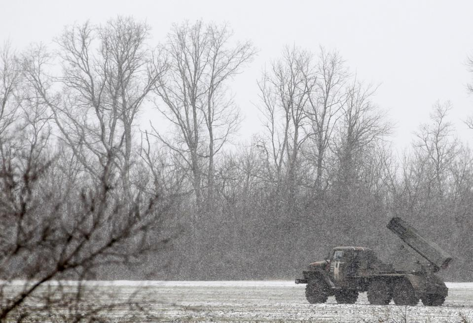 """Một chiếc xe tải Ukraine với hệ thống phóng tên lửa """"Grad"""" đỗ trên cánh đồng gần đường giữa các thị trấn  Debaltseve và Artemivsk, Ukraine, Thứ 2 16 Tháng 2, 2015."""