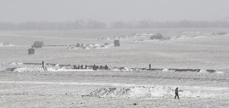 Những người lính Ukraine đang đào lại chiến hào