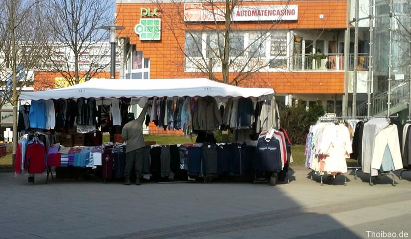 Một quầy bán quần áo ngoài trời của người Việt ở Berlin chiều 29 Tết Ất Mùi.