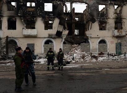 Phiến quân vũ trang ủng hộ Nga đứng gần một tòa nhà tại Uglegorsk, 6 km về phía tây nam Debaltseve, vào ngày 19 Tháng Hai 2015