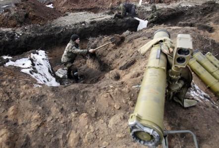 Lực lượng Ukraine chuẩn bị vị trí mới của họ gần Artemivsk - Donetsk, vào ngày 19 tháng hai năm 2015 sau khi họ rời Debaltseve
