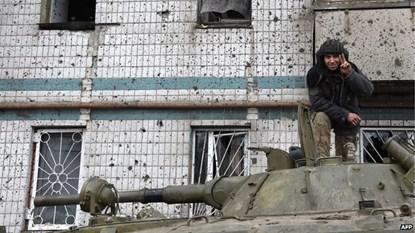 Một chiến binh ly khai chụp ảnh trên xe bọc thép sau khi lực lượng này chiếm được sân bay Donetsk hồi tháng 1.