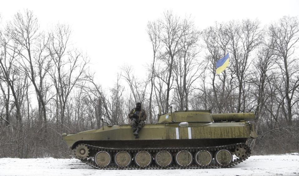 Một người lính Ukraine đang ngồi trên xe thiết giáp trên đường đường giữa thị trấn Debaltseve và Artemivsk, Ukraine, Thứ 2 16 Tháng 2, 2015.