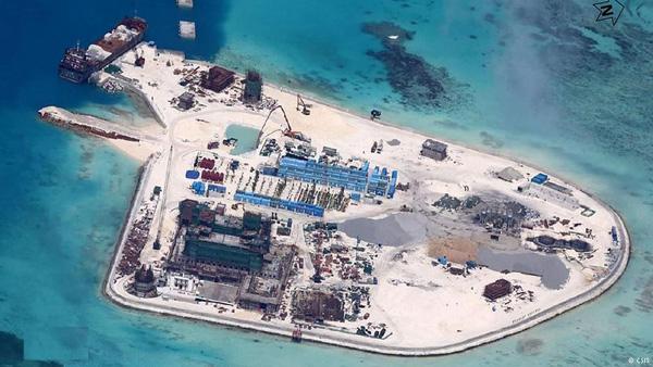 Đá Gạc Ma của Việt Nam bị Trung Quốc cưỡng chiếm từ năm 1988. Sau khi cải tạo đất và xây dựng trong năm 2014, đến đầu năm 2015 Gạc Ma đã thành đảo nhân tạo rộng lớn, có cả sân bay trực thăng - Ảnh: CSIS/IHS Jane's