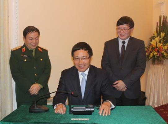 Phó Thủ tướng Phạm Bình Minh nhấc điện thoại, quay số nói chuyện với Tổng đài viên