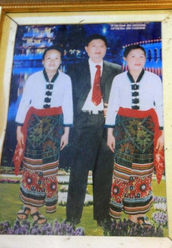 Ông Tiến cùng 2 bà vợ là Vi Thị Khuê (trái) và Lữ Thị Hoa. Có thời gian, cả 3 người sống cùng một nhà nhưng rất hạnh phúc, êm ấm.