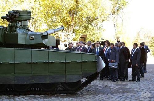 Tổng thống Poroshenko thăm quan xe tăng chủ lực Oplot-M của nhà máy sản xuất xe tăng tại Kharcop.