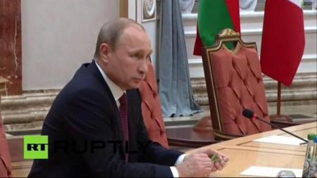 Putin bẻ gãy bút chì trong cuộc họp báo.
