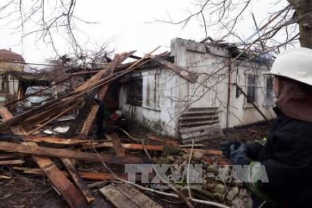 Một ngôi nhà bị hư hại do trúng đạn pháo tại Donetsk, miền đông Ukraine. Ảnh: AFP/TTXVN
