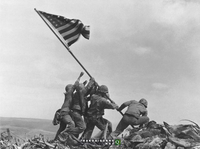 Ảnh chụp thủy quân lục chiến Mỹ cắm cờ chiến thắng ở Iwo Jima, Nhật Bản năm 1945 của nhiếp ảnh gia Joe Rosenthal là một trong những bức ảnh mang tính biểu tượng, có ý nghĩa lịch sử to lớn.