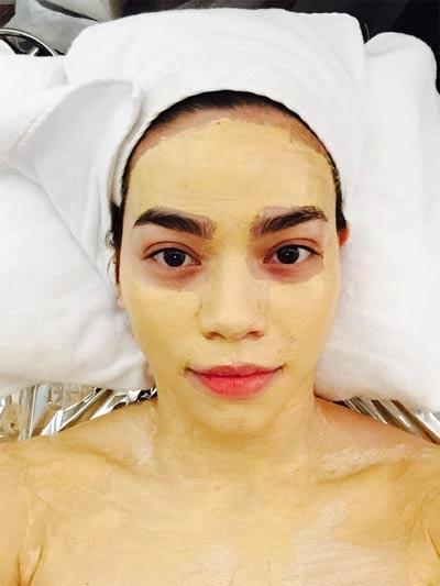 """Hình ảnh ca sĩ Hồ Ngọc Hà """"tút tát"""" lại nhan sắc bằng mặt nạ vàng"""