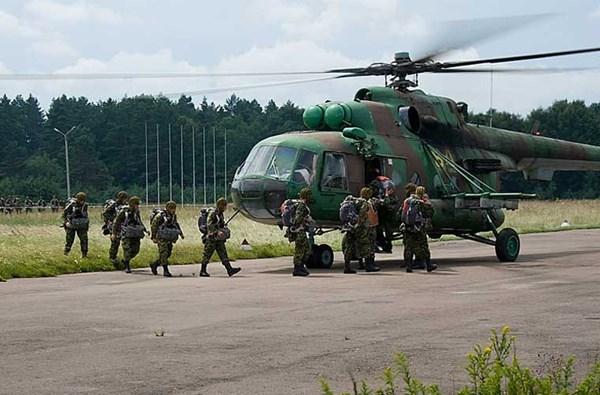Vệ binh Quốc gia Ukraine bước đầu thành hình lực lượng không quân riêng với một vài chiếc trực thăng Mi-8 làm nhiệm vụ chở quân, tải thương, trinh sát.