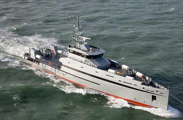 165 Defiant có chiều dài 50,02m, rộng 9,40m, mớn nước 3,50m, trang bị 4 động cơ diesel Caterpillar C32. Các tàu đều được sản xuất tại tổ hợp nhà máy đóng tàu Metal Shark ở Franklin, bang Lousiana.
