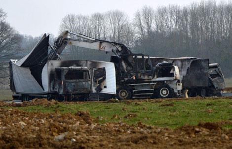 """Xế trưa ngày 11/3 vừa qua, trên đoạn xa lộ A6 nối liền thủ đô Paris (Pháp) với thành phố Lyon đã diễn ra một vụ trấn cướp giống hệt như phim hành động của Hollywood, khi toán cướp bịt mặt nẫng đi số """"chiến lợi phẩm"""" trị giá tới 9 triệu euro. Theo tường trình của các nạn nhân, gồm 2 tài xế và 4 nhân viên bảo vệ trên 2 chiếc xe tải chuyên dụng bọc thép của một công ty an ninh tư nhân, thì họ đã gặp nạn ngay ở trạm thu phí đường bộ tự động gần thành phố Auxerre, cách Paris hơn 1 tiếng đồng hồ chạy xe. Địa điểm diễn ra vụ cướp. Nhóm cướp có khoảng 15 tên, đã phục sẵn đâu đó gần nơi thu phí chờ """"con mồi"""" xuất hiện. Khi đoàn xe chuẩn bị tăng tốc rời trạm thu phí, bất thình lình toán cướp bịt mặt xuất hiện và giơ bình xịt hơi cay phun thẳng vào cabin buồng lái, khiến cả tài xế lẫn nhân viên an ninh tháp tùng đều tối tăm mặt mày không còn nhìn thấy trời đất gì nữa. Rồi bọn tội phạm nhanh chóng đẩy các nạn nhân xuống vệ đường, trước khi chiếm đoạt 2 chiếc xe tải và nhấn hết ga chạy về hướng Paris. Trong thùng của 2 chiếc xe bọc thép chuyên dụng chứa đồ trang sức, kim cương và các tác phẩm nghệ thuật đắt tiền với giá trị tổng cộng là 9 triệu euro. Số hàng này từng được chở theo hướng ngược lại theo đường cao tốc A6 từ Paris đến Lyon, để tới thành phố Cannes ven bờ Địa Trung Hải tham gia vào các cuộc triển lãm kéo dài cả tuần lễ trước đó. Sau khi được cấp báo, cảnh sát đã có mặt để điều tra vụ việc. Đến đầu giờ chiều, xe tuần tra của cảnh sát đã phát hiện ra 2 chiếc xe tải tại một cánh rừng cách địa điểm xảy ra vụ cướp 3km về phía đông nam, trong tình trạng bị bọn tội phạm cố tình đốt cháy hòng phi tang dấu vết. Theo nhận định ban đầu của Cơ quan Cảnh sát điều tra Auxerre, thì bọn cướp hẳn phải có tay trong chỉ điểm, nên mới nắm được lộ trình cùng giờ giấc di chuyển chính xác của đoàn xe chở những món đồ quý hiếm. Tại các tỉnh lân cận, một mạng lưới truy tìm đã được thiết lập với sự hỗ trợ của cảnh sát không quân và trực thăng. Cuộc điều tra tiếp theo được giao cho bộ phận tru"""