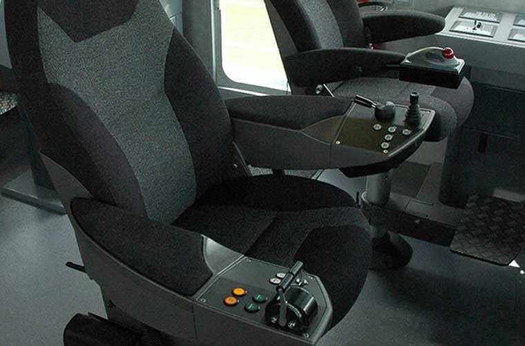 Tất cả các biến thể của lớp tàu tuần tra Defiant đều làm bằng hợp kim nhôm, tích hợp hàng loạt trang bị hiện đại như radar băng X, hệ thống lái tự động, hệ thống định vị toàn cầu, hệ thống nhận diện tự động, la bàn từ tính và la bàn hồi chuyển, trang bị liên lạc... Trong ảnh, phòng mô phỏng không gian cabin lái tàu trên mặt đất.