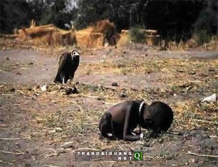 """Kevin Carter – phóng viên ảnh người Nam Phi đã giành giải thưởng Pulitzer với bức ảnh gây sốc thế giới mang tên """"Kền kền chờ đợi"""". Bức ảnh này lần đầu tiên được đăng trên tờ The New York Times vào ngày 26/3/1993."""