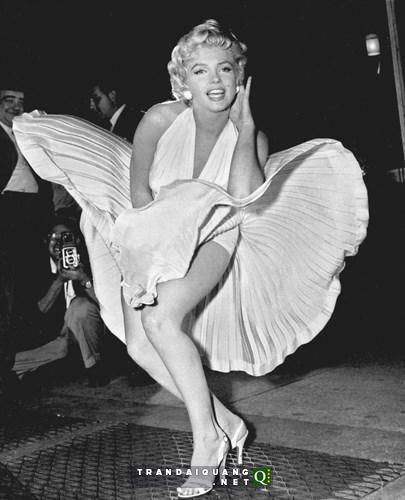 """Ảnh chụp váy dài của Marilyn Monroe bị tốc ngược trong bộ phim """"The Seven Year Itch"""" là một trong những hình ảnh nổi tiếng nhất gắn liền với tên tuổi của biểu tượng sex lừng danh thế giới một thời."""