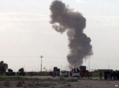 Khói bốc lên từ một vụ nổ khi lực lượng Iraq, dân quân Shia và chiến binh Sunni chiến đấu với nhóm Nhà Nước Hồi Giáo để giành lại thành phố Tikrit, Iraq, ngày 3/3/2015.