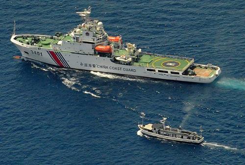 Một cuộc xung đột trên Biển Đông được cho là có thể tránh khỏi do mối đan xen lợi ích giữa các quốc gia. Trong ảnh là cảnh đối đầu giữa tàu hải cảnh Trung Quốc và tàu của Philippines. Ảnh: AFP