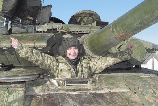 Tatiana Kucheryava trên chiếc xe tăng của mình