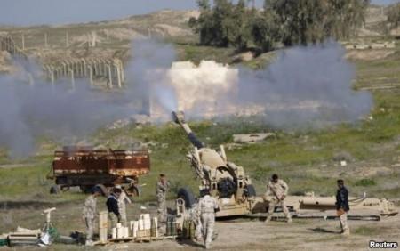 Lực lượng an ninh Iraq và các chiến binh Shia thực hiện các vụ pháo kích nhắm vào các tay súng Nhà Nước Hồi Giáo trong cuộc đụng độ trên địa bàn tỉnh Saladin, ngày 2/3/2015.
