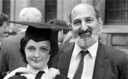 Ruth Lawrence bên cạnh cha - Harry Lawrence trong ngày nhận bằng cử nhân ĐH Oxford năm 13 tuổi. (Ảnh: The Telegraph).