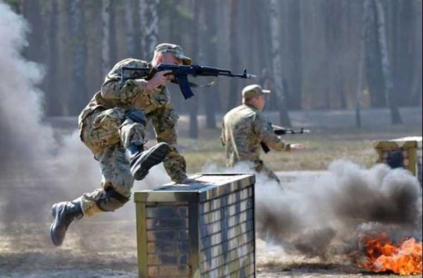 Kể từ khi được tái lập, Vệ binh Quốc gia Ukraine liên tục được tái trang bị vũ trang gồm súng ống, đạn dược, phương tiện cơ giới và cả không quân. Trang bị cơ bản của bộ binh NGU là súng trường tiến công AK-74, AKMS, Fort-221 (Ukraine sản xuất theo giấy phép Israel khẩu Tavor TAR-21). Ngoài ra, một số đơn vị tác chiến đặc biệt còn được trang bị súng tiểu liên bắn nhanh MP-5 (Đức), Fort-223.