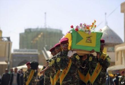 Chiến binh Hezbollah khiêng quan tài của Ali Mansour, thiệt mạng trong lúc chiến đấu chống nhóm Nhà Nước Hồi Giáo ở Tikrit, ngày 2/3/2015.
