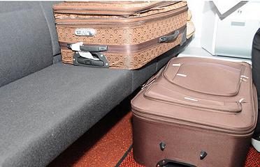 Chiếc vali người đàn ông dùng để giấu vợ vào trong - Ảnh: AFP