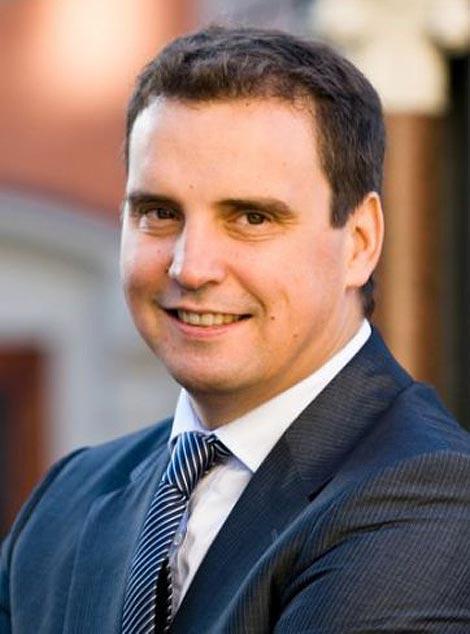 """Bộ trưởng """"ngoại quốc"""" Aivaras Abromavicius luôn được kỳ vọng sẽ là người có thể hồi sinh lại nền kinh tế của Ukraine từ những lụi tàn."""