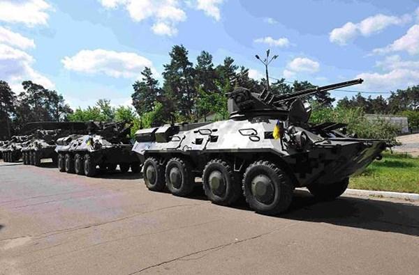 Lực lượng xe thiết giáp của NGU đã nhận được gần 100 chiếc đủ kiểu loại và đang tiếp tục tăng lên. Trong ảnh là các xe thiết giáp chiến đấu BTR-3 mà Vệ binh Quốc gia Ukraine mới được chuyển giao gần đây. BTR-3 ngoài nhiệm vụ chở quân lính trên chiến trường còn có thể chi viện hỏa lực rất tốt với pháo 30mm và làm nhiệm vụ diệt tăng bằng tên lửa chống tăng có điều khiển.