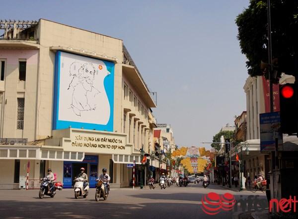 Phố Tràng Tiền dẫn thẳng ra Nhà Hát Lớn Thành phố Hà Nội.