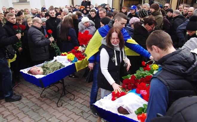 Người dân Odessa đưa tang các binh sĩ Ukraine thiệt mạng do xung đột với lực lượng ly khai (Nguồn: AFP)