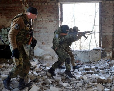 Tình nguyện viên thuộc tiểu đoàn Azov đang tập luyện quân sự gần thành phố Mariupol, vào ngày 27 tháng hai năm 2015 (AFP Photo / Genya Savilov)