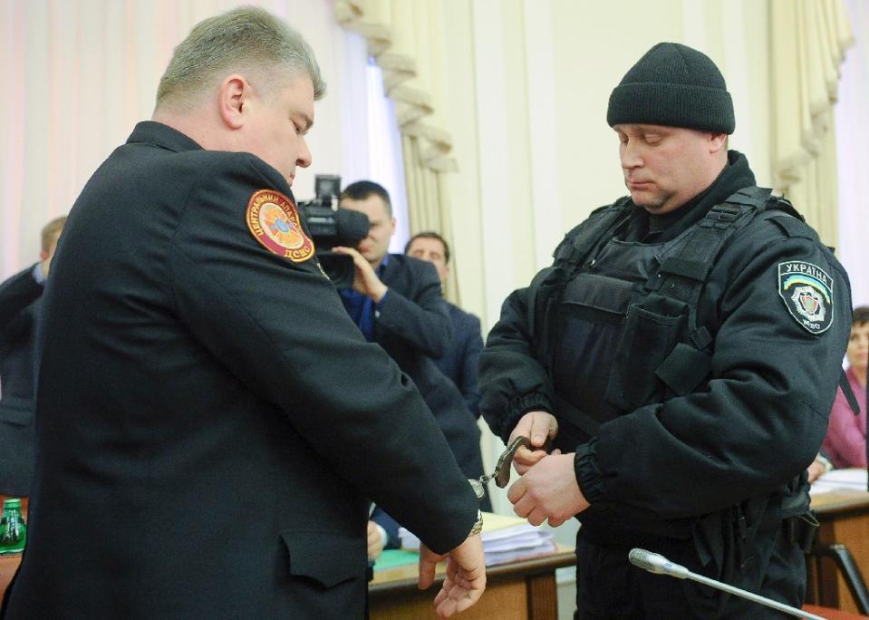 Người thực thi công vụ bắt giữ Sergiy Bochkovsky trong khi nội các đang họp được phát sóng trực tiếp trên truyền hình tại Kiev, vào ngày 25 tháng 3 năm 2015 (AFP Photo / Andrew Kravchenko)