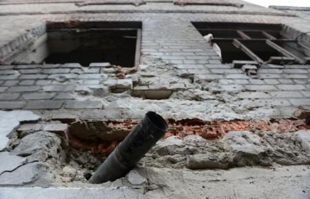 Một tên lửa Grad cắm vào bức tường của nhà tù Chornukhyne trong Debaltseve, miền đông Ukraine, vào ngày 28 tháng 2 năm 2015 (AFP Photo / John MacDougall)