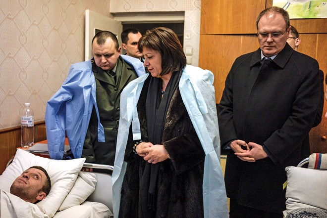 Bà Natalie Jaresko đang hỏi han các binh sĩ đang được điều trị tại bệnh viện Irpin.