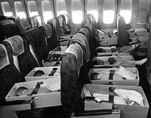 Nhiều trẻ em còn quá nhỏ nên các y tá và sơ phải đặt chúng trong hộp, thắt dây an toàn xung quanh, và đặt trên ghế máy bay. Tuy gặp thảm kịch hàng không, quân đội Mỹ vẫn tiến hành chiến dịch từ ngày 5/4 đến 26/4 với hơn 30 chuyến bay. Chuyến bay cuối cùng chở trẻ em Việt Nam rời khỏi Sài Gòn cất cánh ngày 26/4/1975, ba ngày trước khi người Mỹ hoàn toàn sơ tán khỏi Việt Nam. Theo ước tính của Mỹ, các phi cơ đã đưa gần 2.700 trẻ em rời Việt Nam. Ảnh: NBC