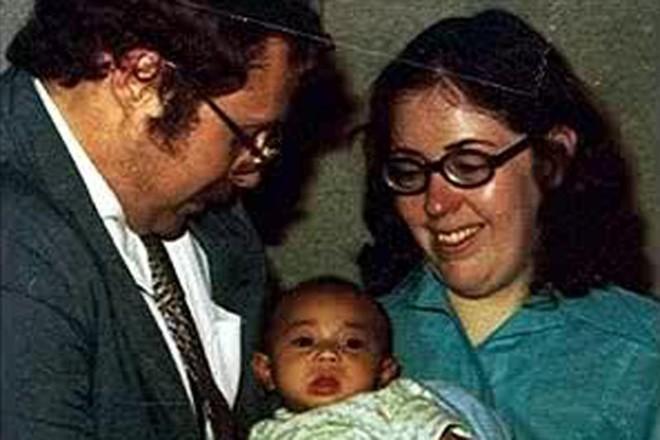 Một cặp vợ chồng người Mỹ nhận Jennie Noone, một bé gái Việt Nam trong chương trình Babylift, làm con nuôi vào ngày 5/6/1975. Noone là một trong số ít trẻ em trên máy bay C5A may mắn sống sót sau tai nạn ngày 4/4. Nhiều thập kỷ qua, dù sống trong sự thương yêu của bố mẹ nuôi, Noone vẫn liên tục tìm kiếm gốc gác, cội nguồn bản thân. Ảnh: Daily Beast
