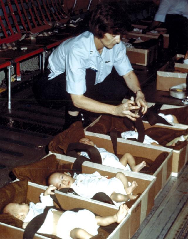 Một nhân viên người Mỹ đặt các em nhỏ vào từng hộp, thắt dây an toàn, trước khi đem lên máy bay. Washington tuyên bố phần lớn trẻ mà họ đưa rời khỏi Việt Nam là trẻ mồ côi ở nhiều độ tuổi. Các em có thể mất bố, mẹ vì chiến tranh, bị bỏ rơi, hoặc là con của lính Mỹ với phụ nữ Việt Nam trong thời chiến. Ngày 2/4/1975, chuyến bay đầu tiên chở gần 60 trẻ em trong Operation Babylift (tạm dịch: Không vận Trẻ em) cất cánh. Một ngày sau, tổng thống Gerald R. Ford mới chính thức phê chuẩn chiến dịch. Ảnh: DIA.mil